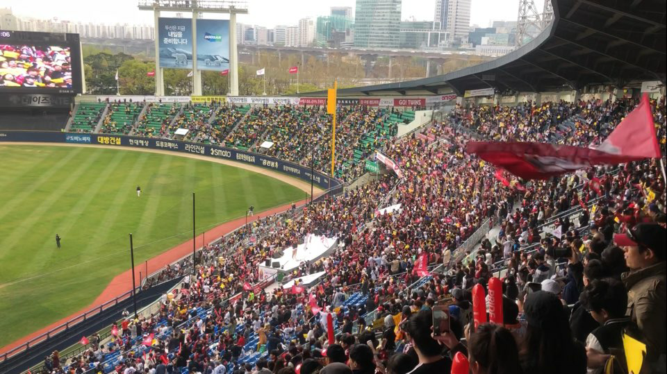 Baseball+spectators+in+Jamsil+baseball+stadium