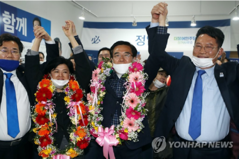 Chung Il-young (center), the candidate of the Democratic Party of Korea, is delighted to hear that he will be elected at his election office in Yeonsu-gu, Incheon on the morning of April 16, 2020. Photo Courtesy of Yonhap News.