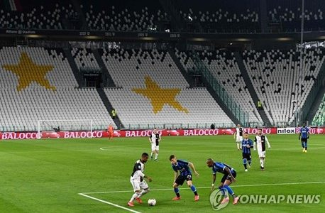 The world is affected by the unprecedented COVID-19. Soccer fans are also interested in how this 2020-2021 season will play out and who will win the trophy. Although the stands are empty, the game continues on. (Photo Courtesy of Yonhap News)