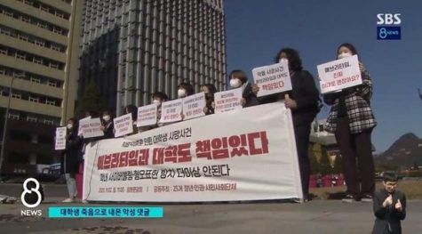 "On November 2, in Gwanghwamun Square students protested about the university student's death due to ""Everytime"". Students claim ""Everytime""  should be held responsible for the students death due to the mismanagement of rude comments on the Seoul Girl's University Page. (Photo Courtesy of 'SBS News' YouTube Channel)"