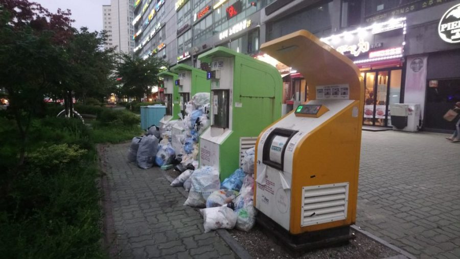 Trash+piles+up+beside+trash+receptacles+in+Songdo.+Incheon+Metropolitan+City+plans+to+reduce+the+amount+of+trash+produced+per+day+by+32+tons+before+2025.+%28Photo+Courtesy+of+Google+Images.%29